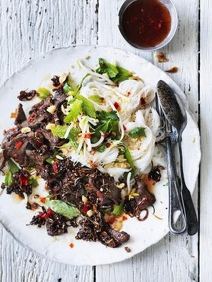 Salad of sautéed beef with cold rice noodles